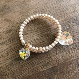 Pearl/gold bracelet with crystal hearts
